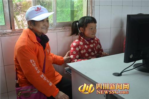 刘奶奶看孩子们学习电脑