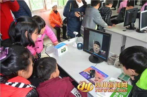 """留守儿童与妈妈视频 汇报""""我们有电脑了"""""""