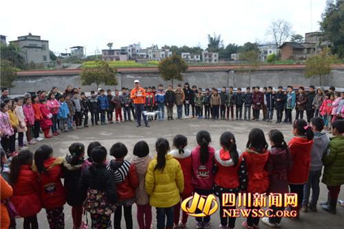 志愿者为同学们演示无人机