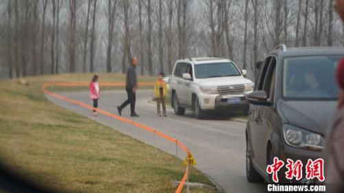 爆料者拍摄的游客下车现场。爆料者供图
