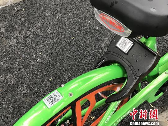 在单车上,记者发现后车轮和车锁上都有二维码。 杨颜慈 摄