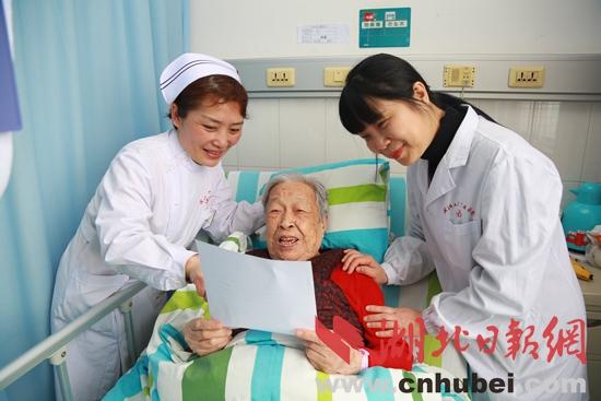 90岁婆婆上厕所子宫膀胱掉出体外_挑衅手术极限_大香蕉新闻乐点彩票大发不时彩