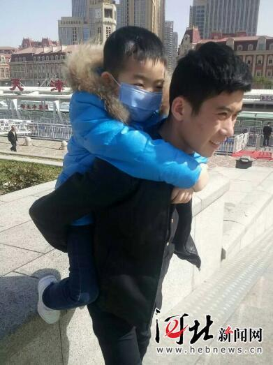 白血病儿子想吃饺子 父亲贴小广告挣钱被警方批评后释放