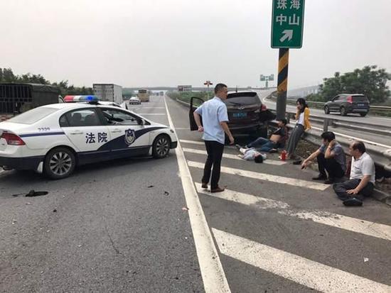 高速车祸致车毁人伤 过路法院干警出手相助