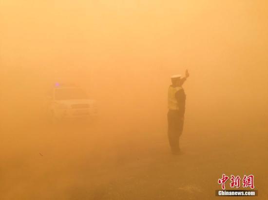 在内蒙古西部阿拉善盟,沙尘暴更为严重。阿拉善右旗公安局交警大队恩格日乌苏中队交警坚守戈壁路,令人动容。 石斌 摄