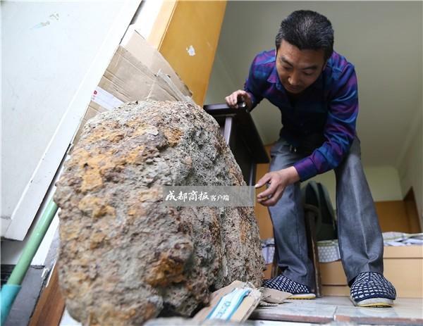 男子16年捡40块陨石 经鉴定都一文不值