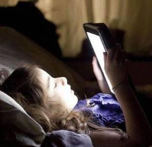可怕!大二女生经常熬夜聊微信 右眼