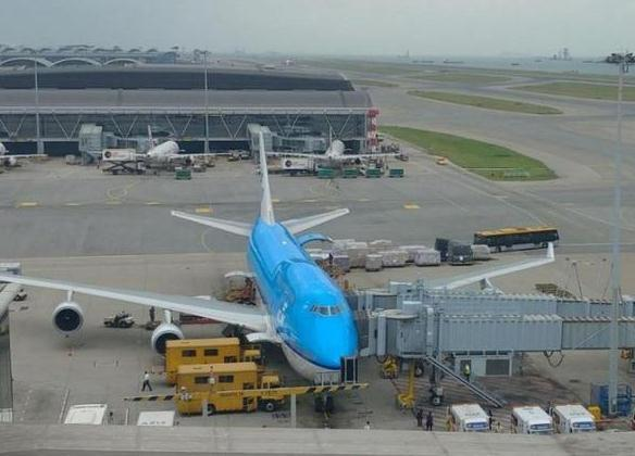 今天早上10时许,一架由荷兰阿姆斯特丹飞抵香港的客机,怀疑途中遇上气流,导致至少10人受伤,其中1人伤势较重。   香港机管局接获报告后,立即派出多辆救护车及消防车到场戒备。客机最终于早上10时13分平安降落香港国际机场。有媒体称,航班编号为KL887,属荷兰皇家航空公司。