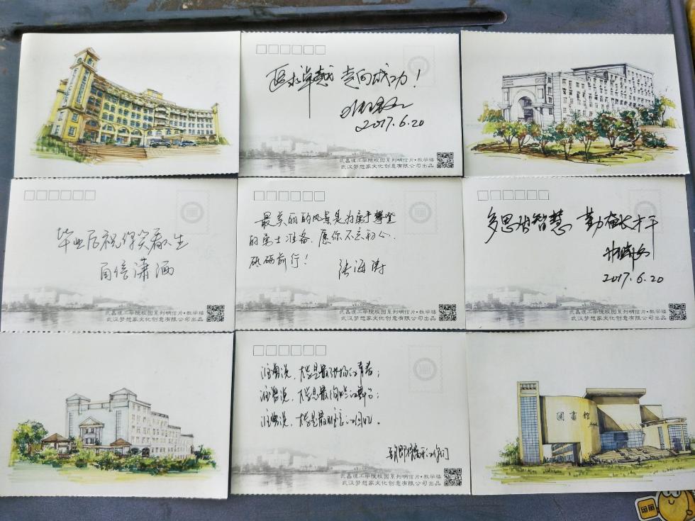 """""""记者看到,明信片正面的手绘图还原了一幕幕熟悉的校园场景,反面则是"""