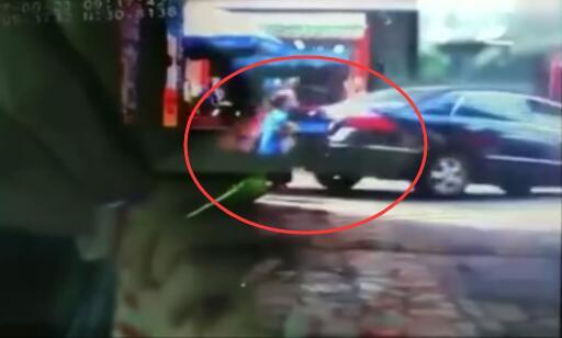女司机突然倒车撞倒2人又向前开 致7岁男孩死亡