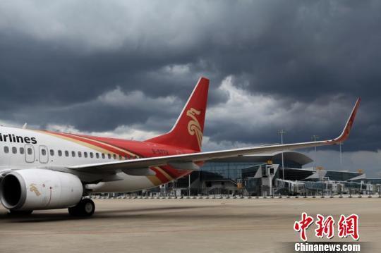 受恶劣天气影响广州白云机场取消170个航班 谢佳佳 摄   中新网广州7月3日电(郭军王星平)受恶劣天气影响,3日上午,广州白云机场启动航班大面积延误黄色预警。截至当日13:00,延误一小时以上未出港航班68班,出港取消86班,进港取消84班。   据悉,接下来几天,广州还会出现雷雨天气   7月3日,白云机场全天计划出港航班654班,进港航班636班,共计1290班。但从凌晨三四点开始,受雷雨带持续影响,该机场航班起降受阻,起飞航班较少,航班积压较多。上午08:53,白云机场启动了航班大面积延误蓝色预