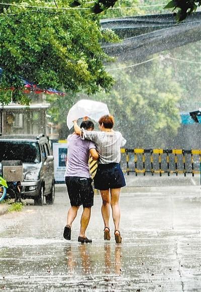 """西安连日遭暴雨突袭 网友调侃:""""这下的是开水啊"""""""
