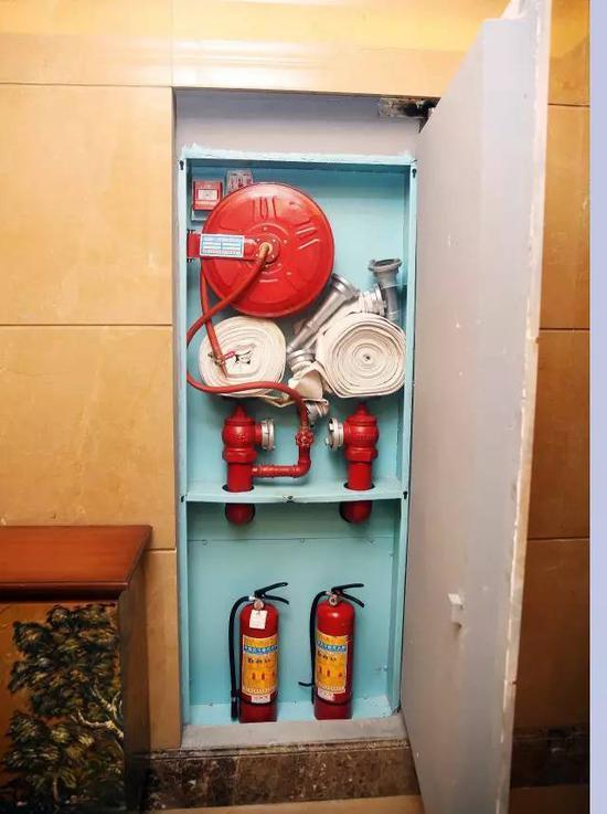 消防车遂使用消火栓水泵接合器加压,向大楼管网供水,而接合器锈死.