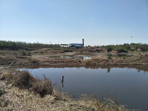 沈阳市约150多万吨污泥堆存在祝家地区9个坑塘内。 大连市主城区每天约17万吨生活污水直排 水污染防治工作推进不力导致辽宁省水污染问题突出。 2016年辽河流域劣类水质断面比例比2013年增加19%,氨氮、总磷浓度比2013年分别上升100%和56%。 沈阳市由于配套管网建设和污水处理设施提标改造严重滞后,导致每天约27万吨污水直排环境,110余万吨污水超标排放。 大连市主城区每天约17万吨生活污水直排,约50万吨污水超标排放,污染问题突出。金普新区每天约4.