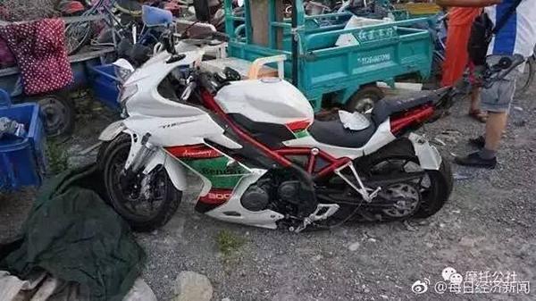 警方:殒命妖精女王无摩托车驾照 摩托车为二