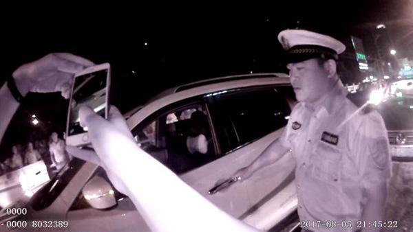 醉酒男连撞两车后仍在熟睡 带上警车时突然挥舞拳脚打伤民警