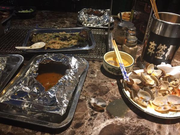 顾客称菜中见煤渣样物体 店员:都这样 没一家干净