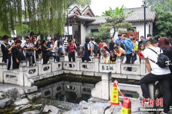 老人车站未买到票下跪 铁路上海站:民警扶起劝解