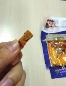 吃袋装鱼仔零食 嘴里取出疑似烟蒂物体