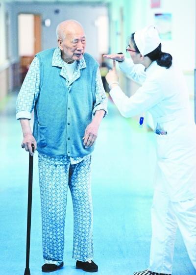"""102岁老人每天玩扑克: 闲下来就怕脑筋""""生锈"""""""