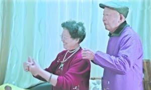 网红奶奶带老年痴呆症老伴直播 称老伴记性好多了