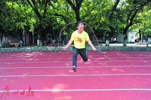 厉害了! 广州42岁跳绳达人3个半小时连跳3万次