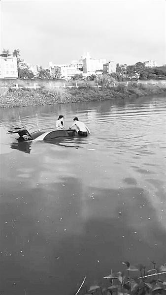 女子边开车边看手机导航 连人带车冲进河里