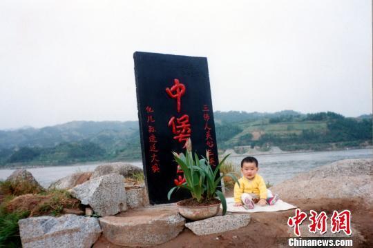 """摄影师连拍24年 记录儿子与三峡大坝一起""""成长"""""""