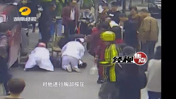 男子医院门口晕倒:护士18秒狂奔到场 60秒抢救起死回生