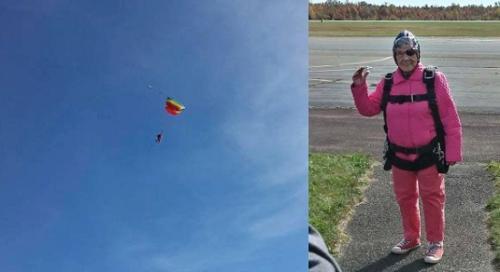 图为康贝尔奶奶和她跳伞的场景