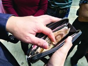 女子捡钱原地等1小时 获景区奖励1年内可无限畅玩