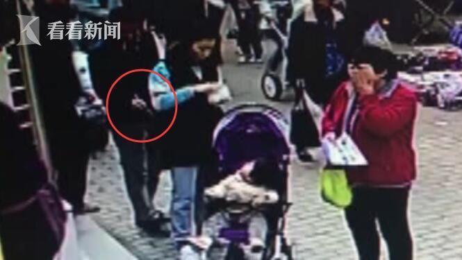 女子带娃路边吃包子 陌生男人紧贴后背用镊子5秒钟偷走手机