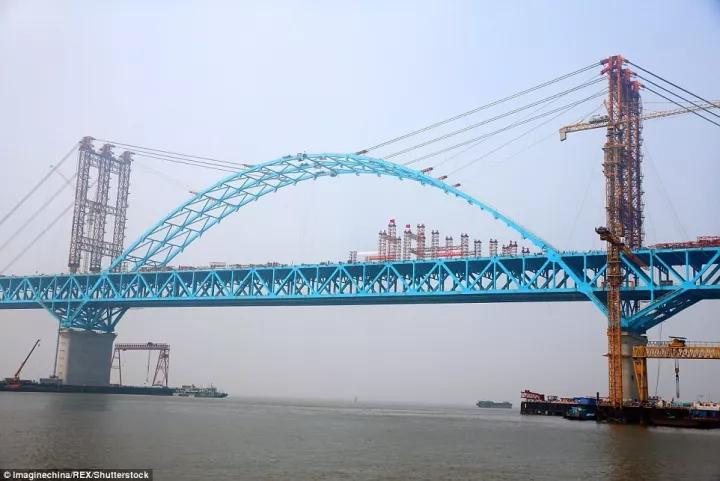 中国大桥合龙场面太震撼 外国网友看罢吐槽起本国