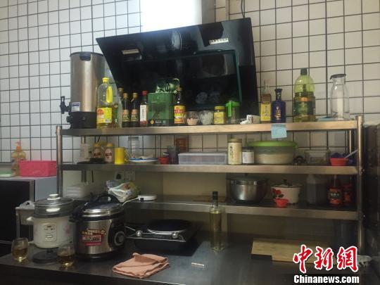 图为蒋鹏飞制作宠物餐的厨房。 杨静 摄