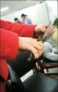 女孩上课玩手机被叫家长 其母回应当众用钳子夹碎手机