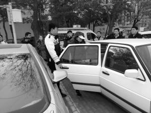 石家庄警方整治停车乱收费
