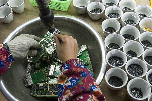揭秘废弃手机拆解地下产业链:仅2%进入规范回收渠道
