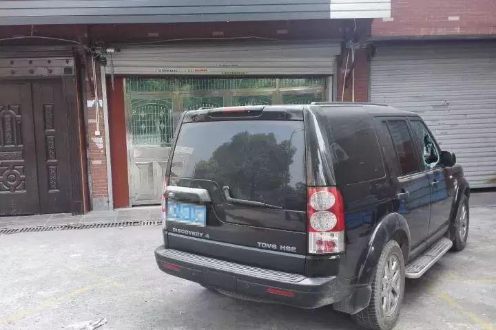 老板80万路虎车窗被砸车内钱被偷 嫌犯竟是好友