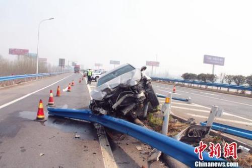 报告:驾驶员无证、酒驾、玩手机最易诱发交通事故