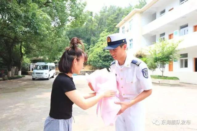 终于见到了救她的海军小伙 但这五万酬金他坚决不要!