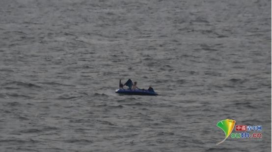 辽宁海警第一支队紧急夜航成功救助海上3名遇险群众