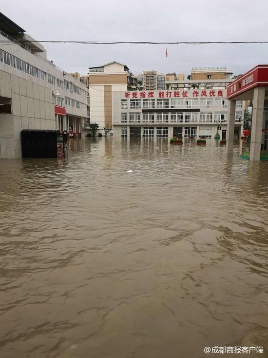 四川德阳一消防队救援归来 发现家已被淹