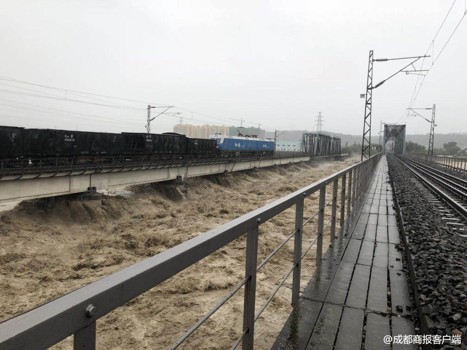 第一次这么做!8000吨火车开上大桥抗洪 镇住洪水