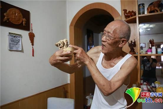 西安81岁老人钻研木雕20余年 著书立作寻找手艺传承人