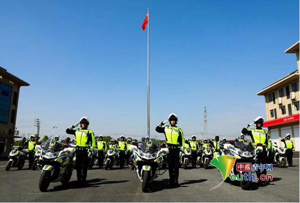 新余帅气交警铁骑国庆亮相 每人日均巡逻12小时70公里