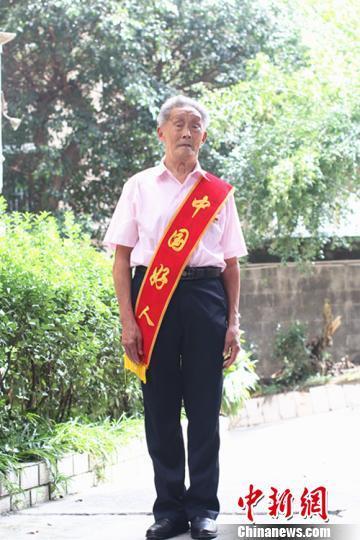 91岁高龄志愿者陈国辅 志愿服务走到底。