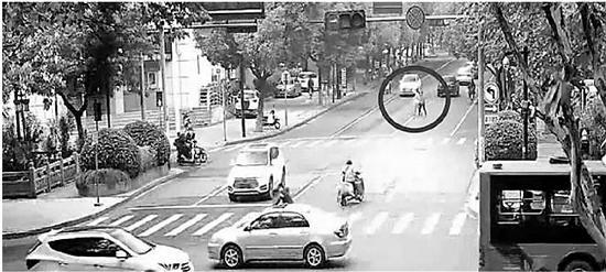 母女横穿马路抱怨女司机不让行 扇对方十几