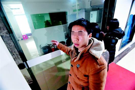 图为王先生来到这家美容会所,发现大门紧闭