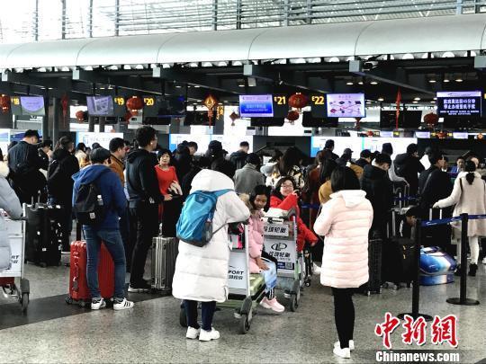 广州白云机场春运客流高峰提前出现