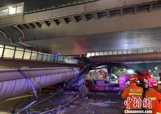 涉嫌过失损坏交通设施罪 撞塌杭州人行天桥司机